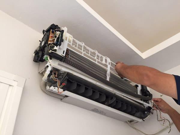 エアコン室内機の分解作業