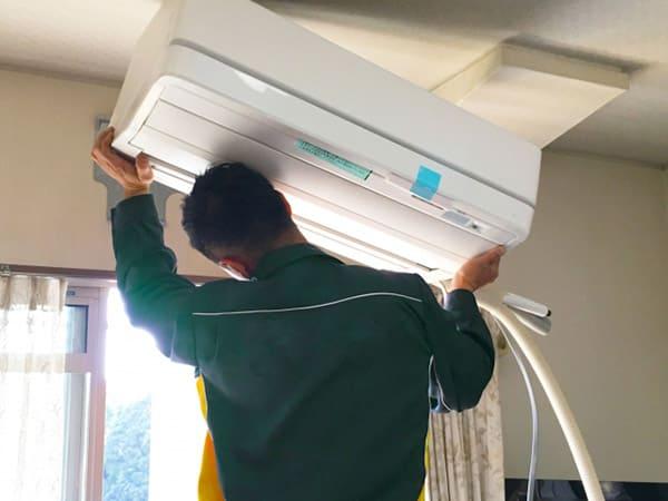 エアコンを交換する作業員