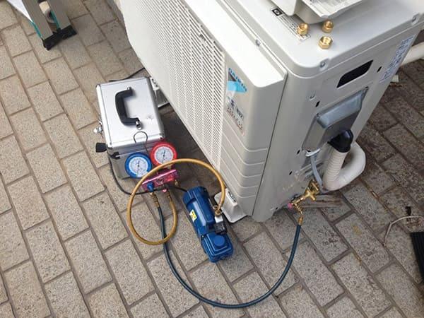 エアコン室外機のガスチャージ作業