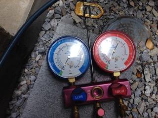 エアコンのガスを調べる機械