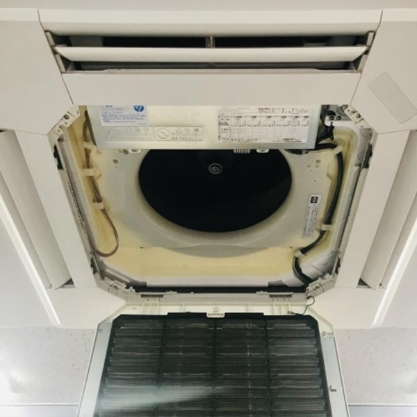 カバーを外した業務用エアコンの室内機