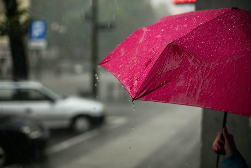 雨の日にエアコンが水漏れする原因
