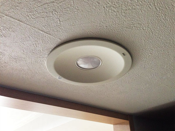 天井に取り付けられたLEDダウンライト