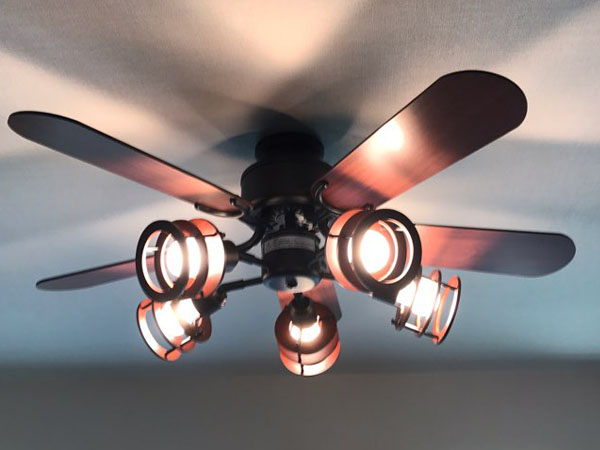 天井に取り付けられたシーリングファン