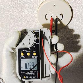 テスターによるシーリングの電圧確認作業