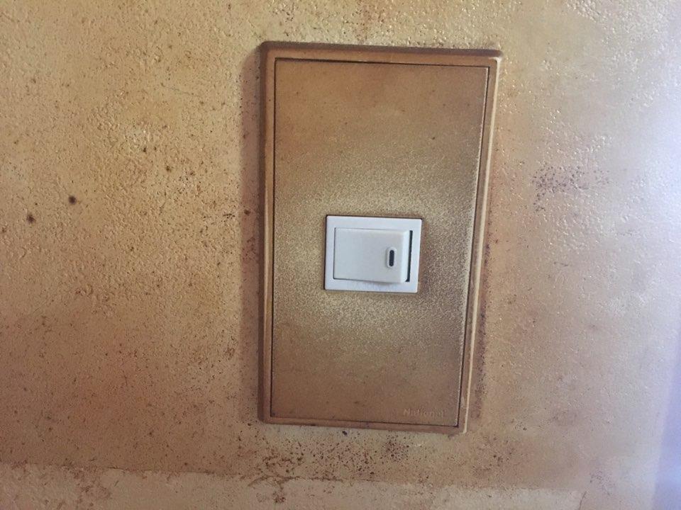 劣化故障した照明スイッチ