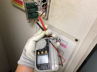 照明スイッチの故障修理の様子